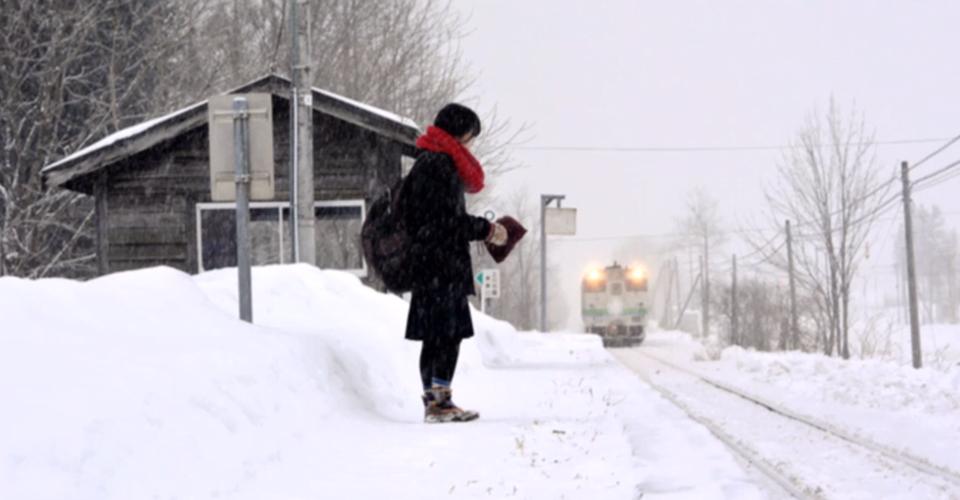 Kana Harada esperando trem