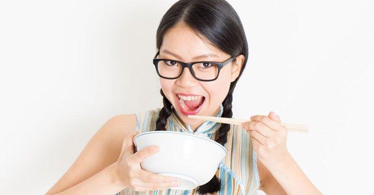 japonesa comendo