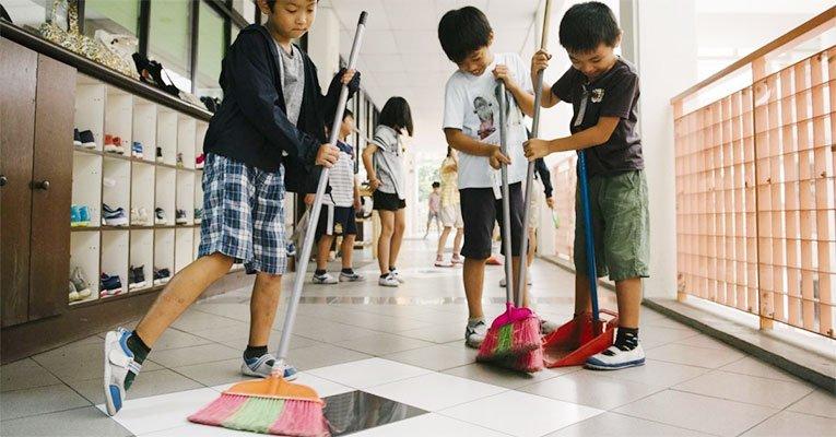 criancas limpando