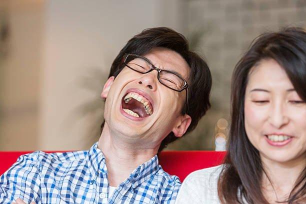 pessoa rindo no Japão