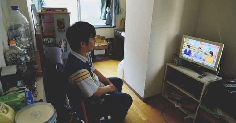 Jovem japonês sentado