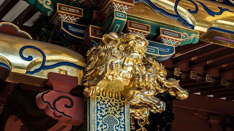 Detalhes dos adornos de ouro