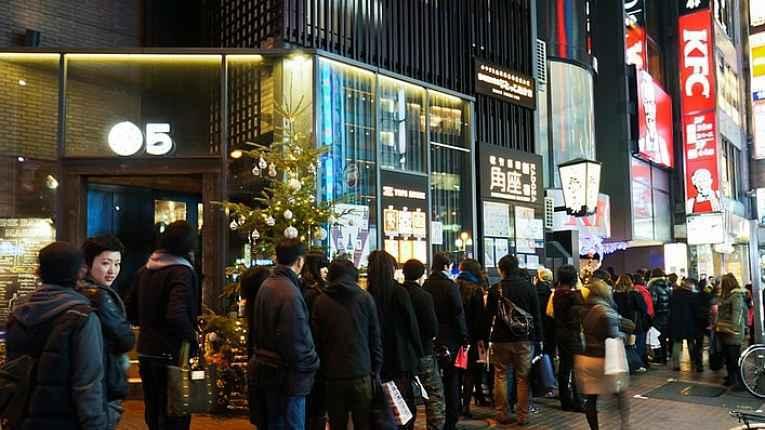 Pessoas na fila do KFC no Japão