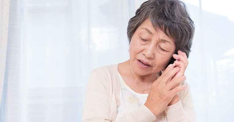 Idosa japonesa atendendo telefone