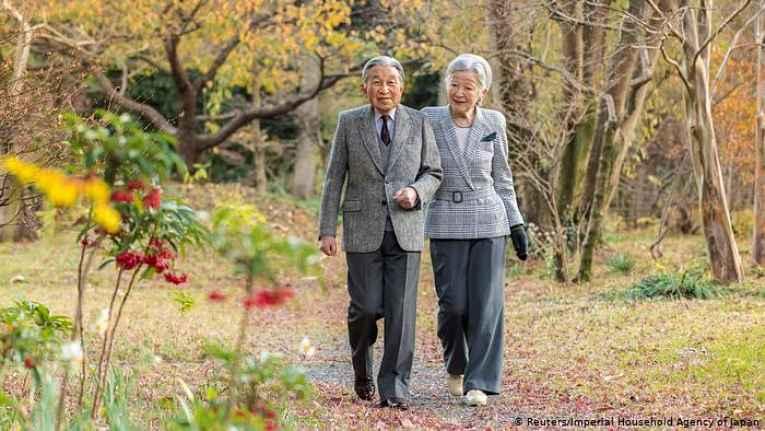 Michiko e Akihito caminham juntos no jardim imperial