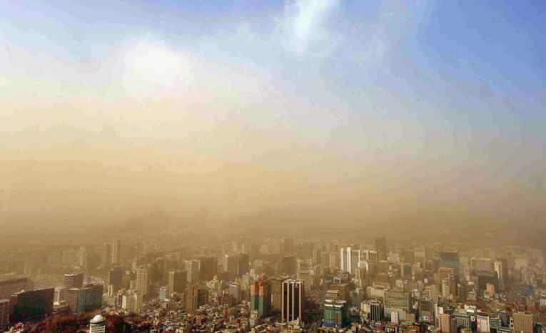 Pó da poluição encobrindo o céu