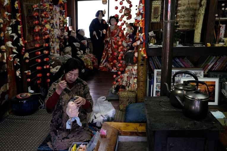 Tsukimi ayano costurando boneca