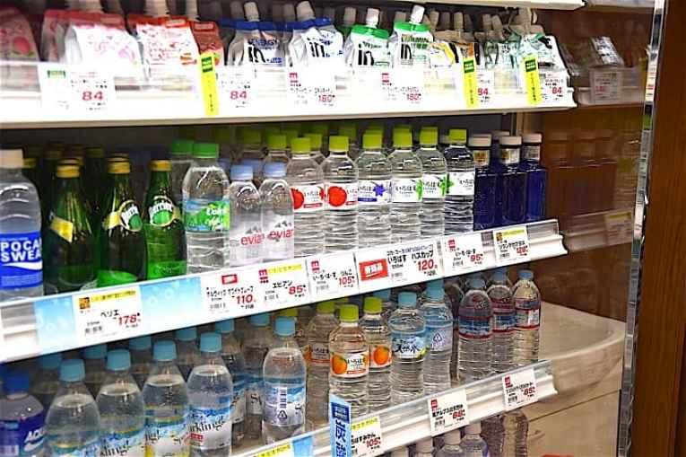 Prateleira com águas engarrafadas no Japão
