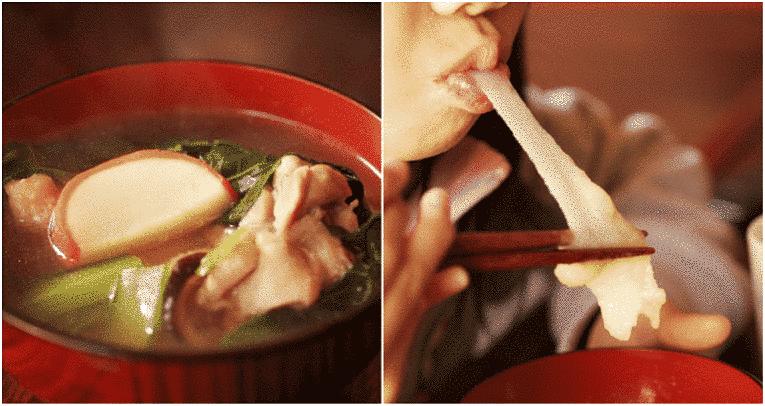Sopa com mochi e pessoa puxando mochi com a boca