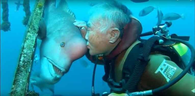 Arakawa dando beijo em Yoriko