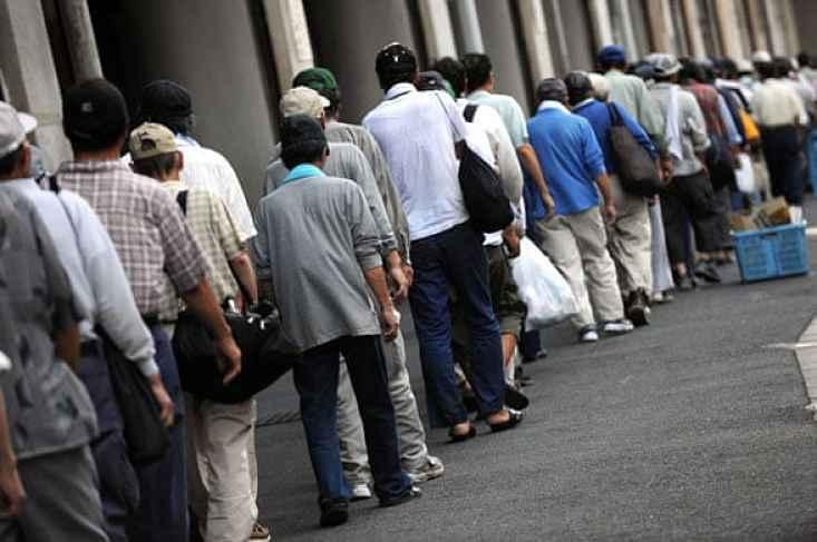 Moradores de rua em fila no Japão