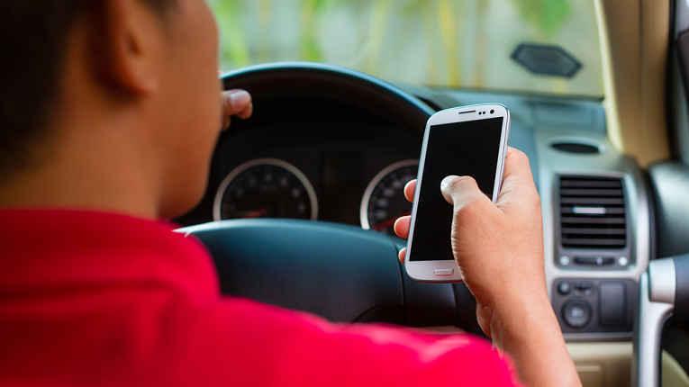 Olhando celular ao volante
