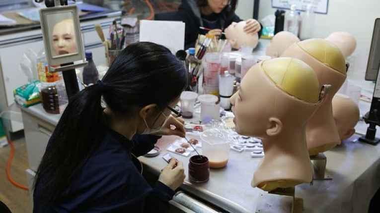 Mulher trabalha na confecção de Love Doll