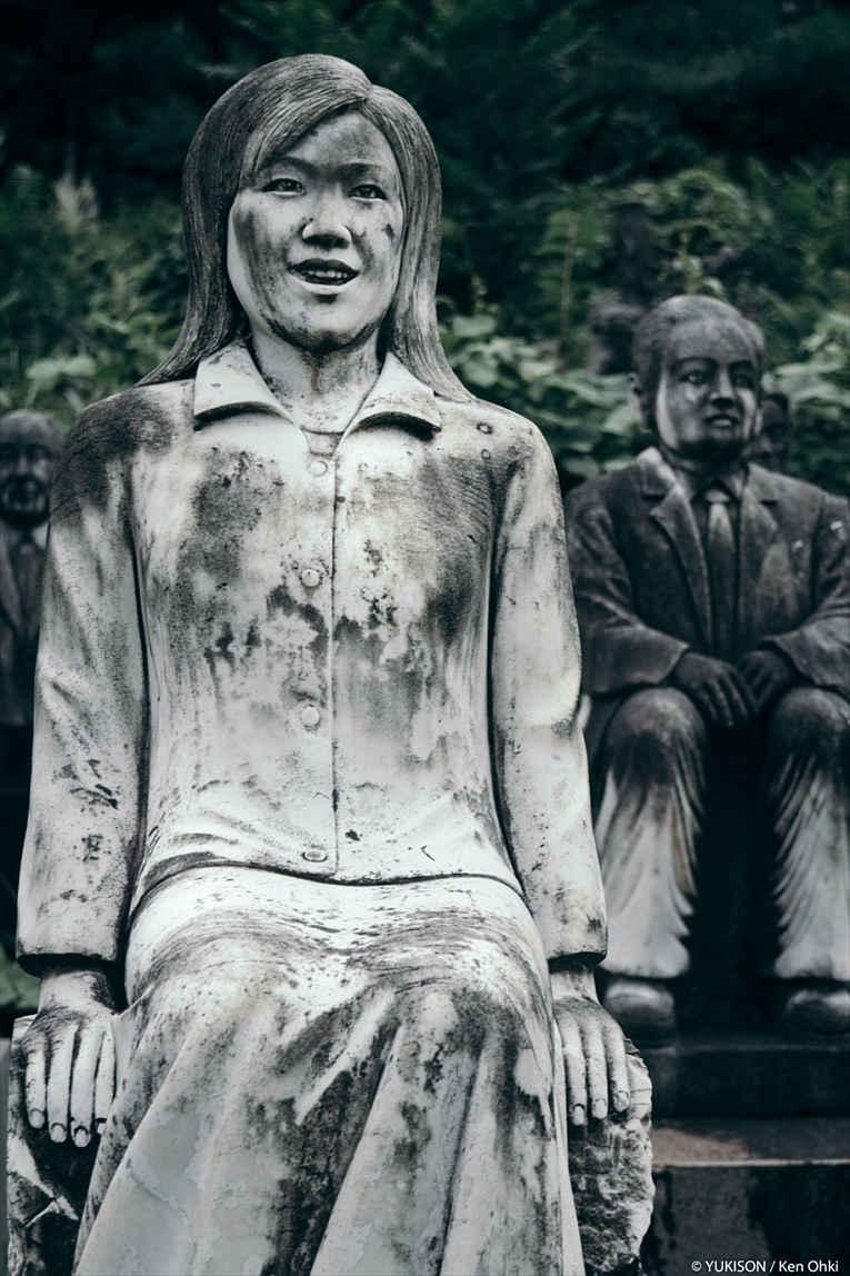 Estátua de mulher sentada