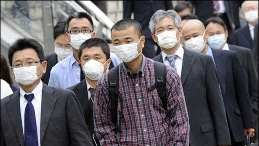 Homens usando máscara