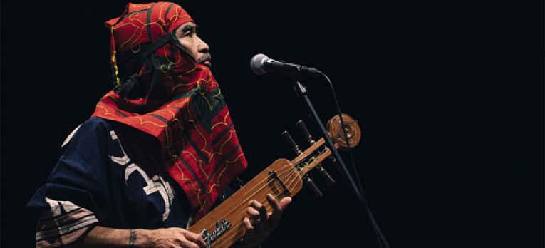 Ainu tocando instrumento musical