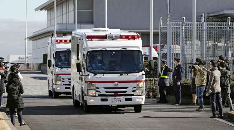 Ambulância saindo com japoneses em quarentena