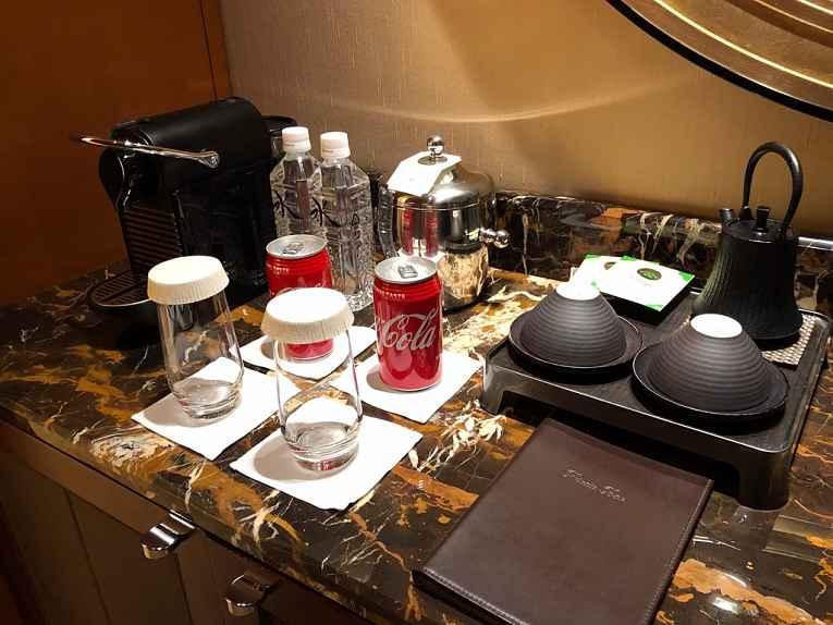 Mesa com café e bebidas