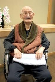 Chitetsu sentado sorrindo