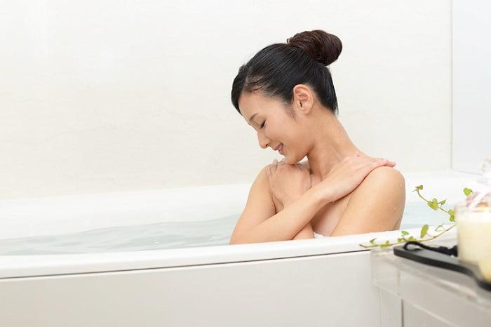 Mulher imersa no banho de ofuro