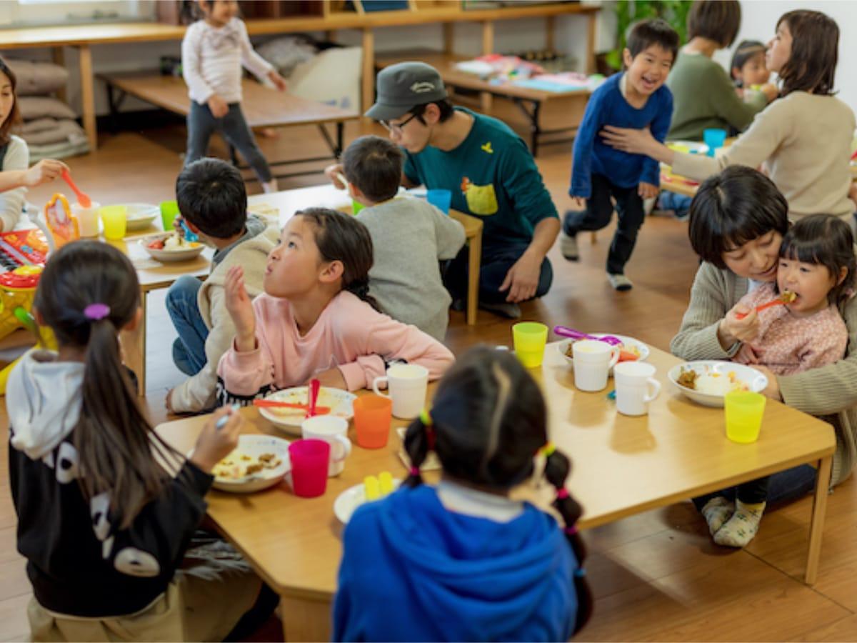 Mães e filhos na cantina comunitária