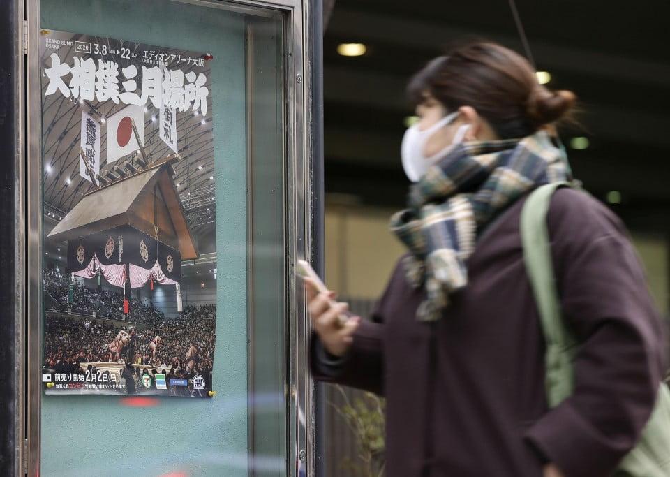 Mulher andando de máscara no Japão