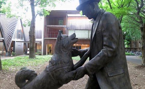 Estátua de Hachiko e o professor Ueno