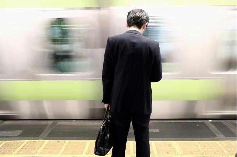 Homem esperando metrô para ir trabalhar