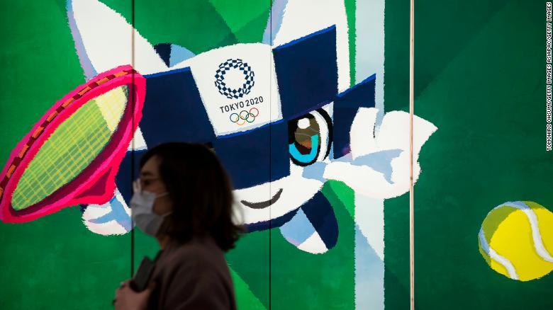 Mulher com máscara no Japão